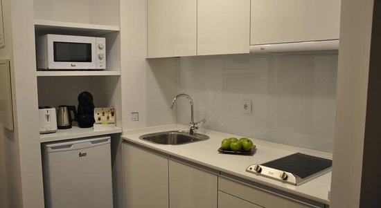 Cocina peque a pero muy funcional picture of clerigos h Cocinas muy pequenas