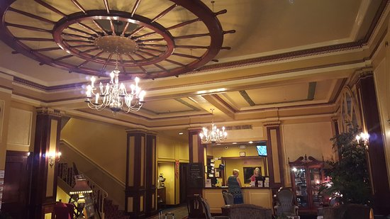 Marietta, OH: Lobby and front desk