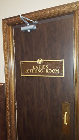 Marietta, OH: A retiring room! My wife opened the door and it is indeed a parlor for freshening up