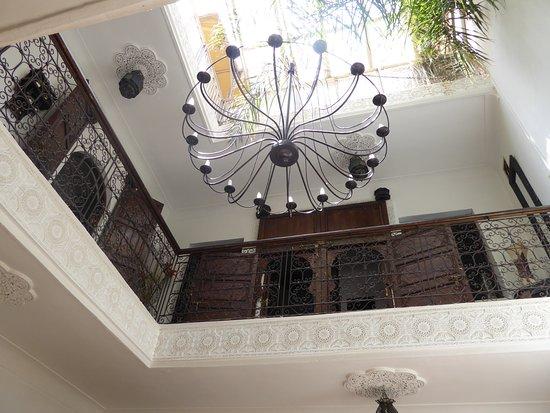 Riad Dar Khmissa: Vue intérieure vers le 1er étage et la terrasse