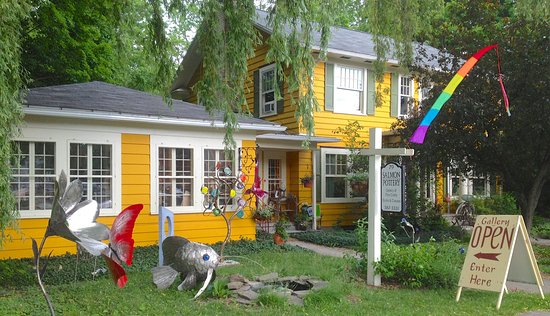Trumansburg, นิวยอร์ก: Cheery yellow house and sculpture garden welcomes you to Salmon Gallery
