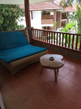 Le Duc de Praslin: Veranda with chaise lounge