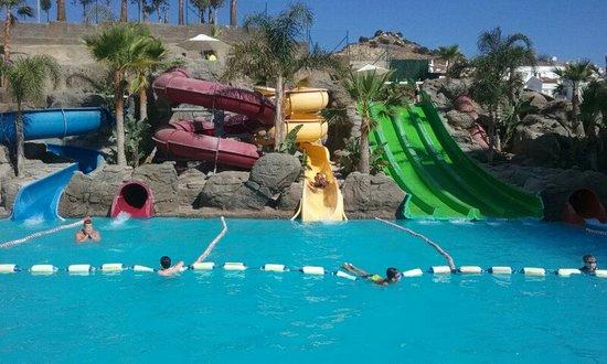 Agua piscinas toboganes picture of hotel los patos park for Piscinas con toboganes