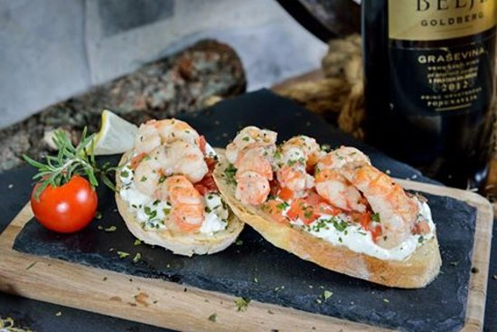 Zadar County, Kroatien: bruschetta with shrimps and mohito sauce