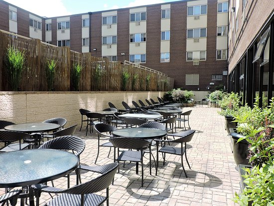 BEST WESTERN Milwaukee West: Relax in the warm sun on our newly renovated patio area!
