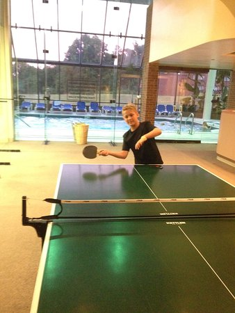 Glen Cove, État de New York : ping pong table outside the indoor pool area
