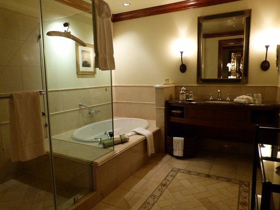 The Rose Hotel: Huge bathroom