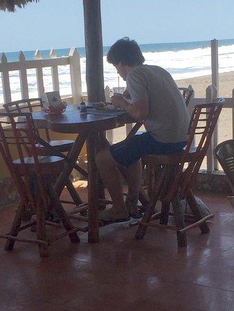 Las Penitas, Nikaragua: Pasando un muy buen tiempo en el bar y restaurante oasis🤗🤗 con precios muy cómodos y muy buena