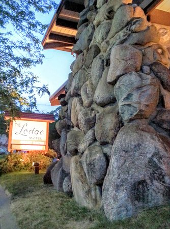 Lodge at Charlevoix: Signature Earl Young rock wall.