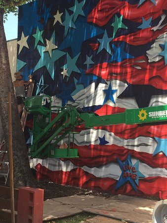 Balboa RV Park: Famous street artist Annie Preece painting our American flag