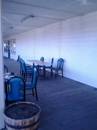 Ocean Shores, WA: Outside dining is available. This morning it was a little too windy to eat outside.