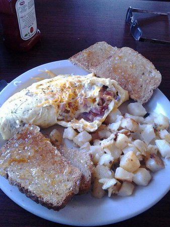 Ocean Shores, WA: Meat lovers egg omelette, home-made fried potatoes and wheat toast.