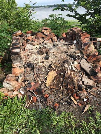 Domaine Montebello: Le foyer extérieur en ruines et dangereux