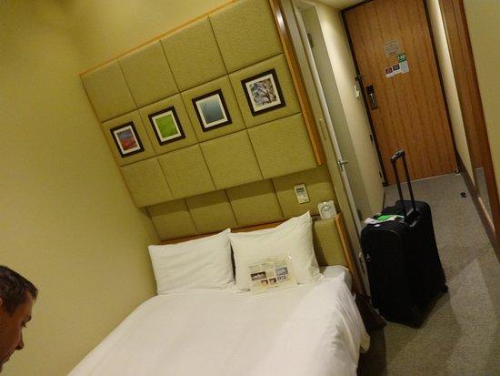 Hotel Sunroute Higashi Shinjuku : Small room for two big guys!