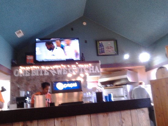 Ocean Shores, WA: The rest of the service counter. In the corner you can see someone making the pizza.