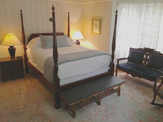 Hawthorne Inn: Alcott Room