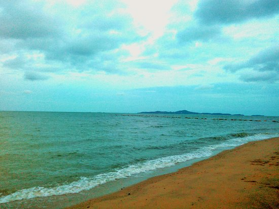 Jomtien-Morningstar Guesthouse: the beach across the street