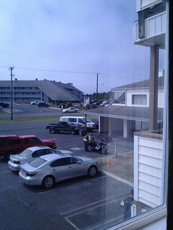 ‪‪Ocean Shores‬, واشنطن: The view from the living room to parking lot below.‬