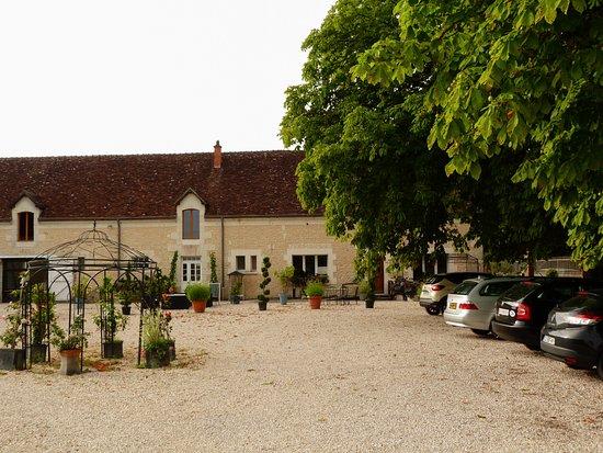 Saint-Georges-sur-Cher, França: Patio de entrada y estacionamiento