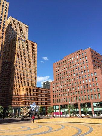 Crowne Plaza Amsterdam South : Plein achter Hotel Crown Plaza (restaurant terras-zijde)