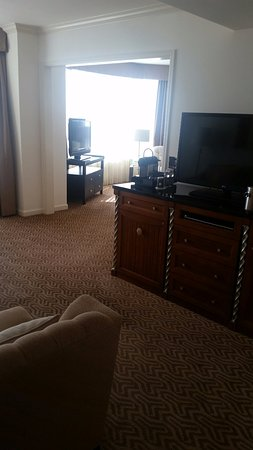 Four Seasons Hotel Houston: Half wall separating bedroom from living area