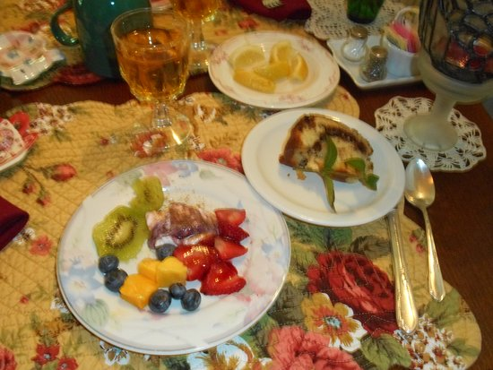 Highlawn Inn: Fruit Plate and homemade struedel