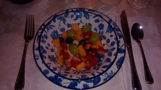 Shady Rest Bed & Breakfast: Fresh mixed fruit each morning.