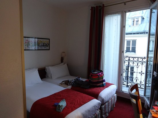 Grand Hotel des Balcons: Twin beds are directly next to each other.