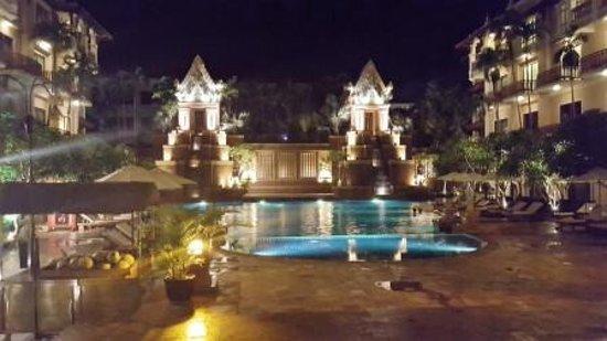 Sokha Angkor Resort: 夜のプールサイド