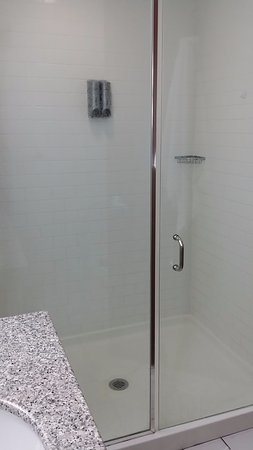 Chateau Elan Hotel & Conference Center: Remodeled Shower