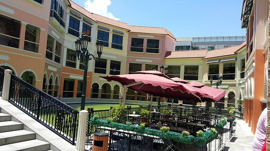 The Piazza at Venice: The outdoor ambience