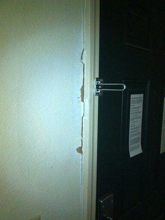 Sandersville, GA: Look like door was kicked in, so i was paranoid and couldn't sleep all night.