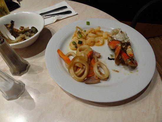 Restaurant & Lounge MAIN: シーフードが多く蟹も食べ放題です