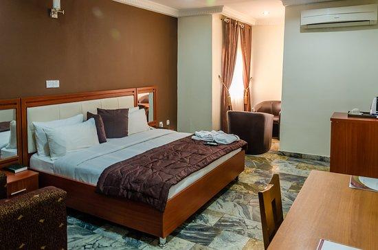 3J's Hotels: DELUXE ROOM