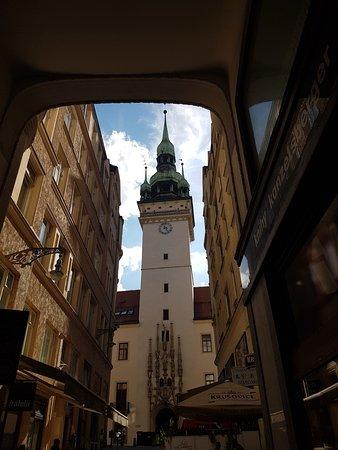 Brno, جمهورية التشيك: Gasse mit schönem Ausblick, auch ein leckerer Chinese im Gang