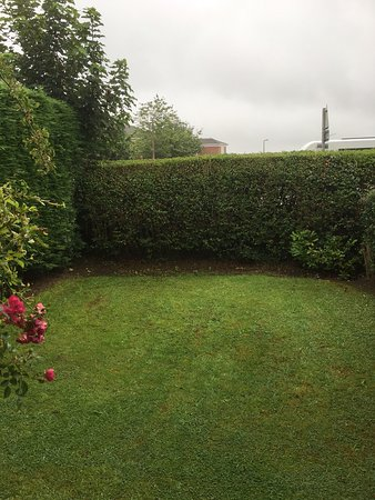 Greasby, UK: The very tidy and enclosed back garden