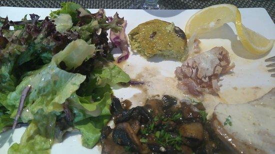 Aouste-sur-Sye, França: steak de thon juste poelé, une petite sauce citronnée, accompagné d'un flan courgette maison, MI