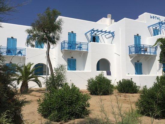 Hotel Asteria: Hotellet ud mod havet. Værelse 104 i buen til venstre for palmen.