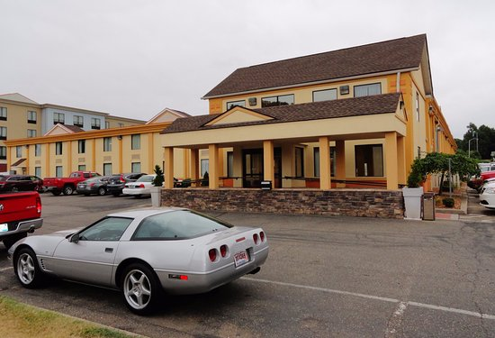 Best Western Dutch Valley Inn: Entrance and parking area