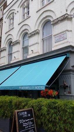 Portobello House: Über der blauen Markise liegt Zimmer Nr. 14