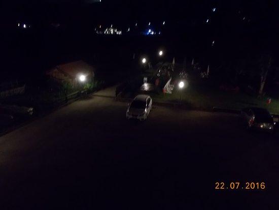 """Hotel Garden: dal balcone della camera, """"ri-giocando"""" con la Luna (parcheggio e giardino albergo)"""