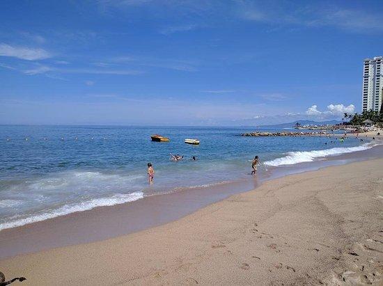 La Cruz de Huanacaxtle, México: Es una bonita playa pública con servicios gratuitos de baño y regaderas, hay vendedores de fruta