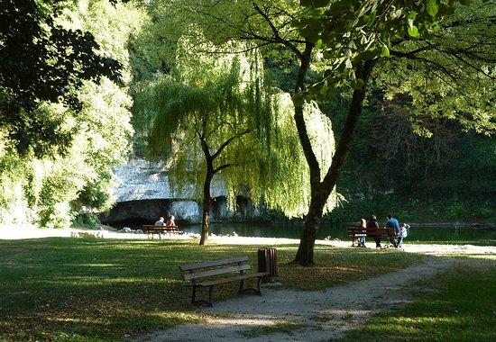 Chatillon-sur-Seine, Frankrijk: La Source de la Douix est un lieu idéal pour se promener