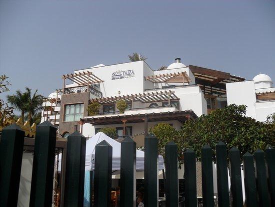 Princesa Yaiza Suite Hotel Resort: Hotel grounds from promenade