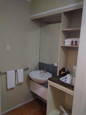 Palms Hotel: 洗手台及旅館提供的盥洗用品
