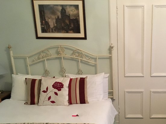 The Victorian Town House: One of two beds with plenty of room to move around