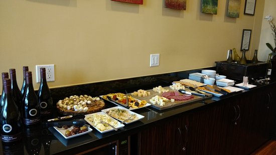 Elan Hotel Los Angeles: complimentary wine and cheese hour (5 -7)