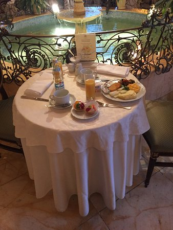 Hotel Savoy Moscow: Table at Breakfast