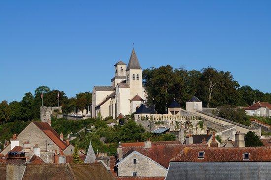 Chatillon-sur-Seine, Frankrijk: L'église Saint-Vorles ainsi que la Tour de Gissey dominant la ville de Châtillon-sur-Seine