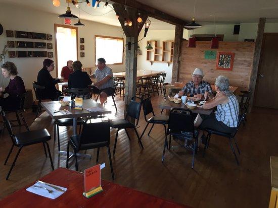 Cafe Acadien: Vue de l'extérieur , du coin café et de la salle à dîner